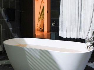 SURFACED 창조 Modern bathroom Marble White