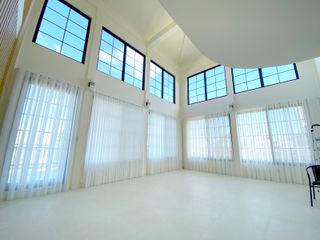 向天際延伸的挑高日光宅|柔紗直立簾 MSBT 幔室布緹 现代客厅設計點子、靈感 & 圖片 White