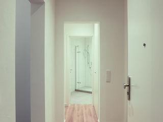 Haus EQM BPLUSARCHITEKTUR Moderner Flur, Diele & Treppenhaus