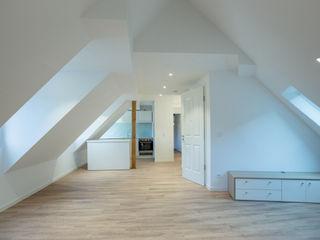 Haus EQM BPLUSARCHITEKTUR Moderne Wohnzimmer