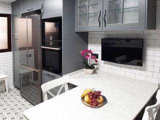 Una cocina rústica ZERMATT DECORACION S.L CocinaAlmacenamiento y despensa Madera Gris