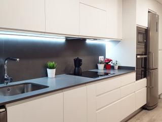 Cocina atemporal en blanco y gris ZERMATT DECORACION S.L CocinaAlmacenamiento y despensa Aglomerado Gris