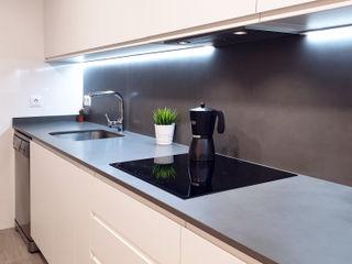 Cocina atemporal en blanco y gris ZERMATT DECORACION S.L CocinaEncimeras Porcelana Gris