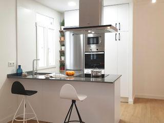 Cocina de alquiler ZERMATT DECORACION S.L CocinaAlmacenamiento y despensa Aglomerado Blanco