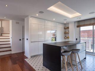 Proyecto de interiorismo y reforma integral , Barcelona Michele Mantovani Studio Cocinas integrales Cerámico Blanco
