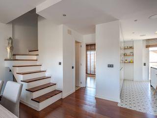Proyecto de interiorismo y reforma integral , Barcelona Michele Mantovani Studio Escaleras Madera maciza Multicolor