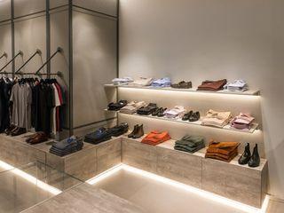 Proyecto de interiorismo para un fashion shop, Padova Michele Mantovani Studio Oficinas y tiendas de estilo moderno Metal Multicolor
