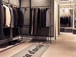 Proyecto de interiorismo para un fashion shop, Padova Michele Mantovani Studio Oficinas y tiendas de estilo moderno Metal Metálico/Plateado