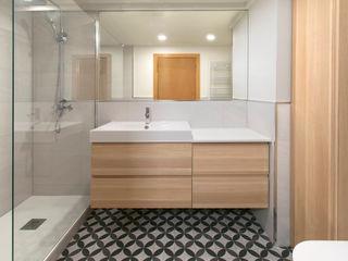 MANUEL TORRES DESIGN Modern bathroom Tiles White