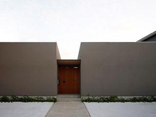 視線を気にせず過ごす平屋のコートハウス kisetsu 木造住宅 灰色