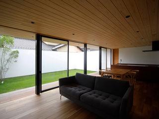 視線を気にせず過ごす平屋のコートハウス kisetsu モダンデザインの リビング