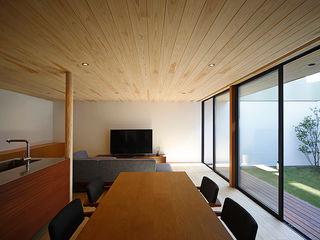 住宅街に建つ リゾートを感じるリビングを実現した家 kisetsu モダンデザインの リビング