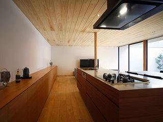 住宅街に建つ リゾートを感じるリビングを実現した家 kisetsu モダンな キッチン