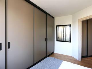de Biteri. Reforma de vivienda en Donostia Bitarte arquitectura & interiorismo Dormitorios pequeños Madera maciza Multicolor