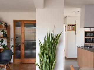 Thomas Löwenstein arquitecto モダンデザインの リビング 木 白色
