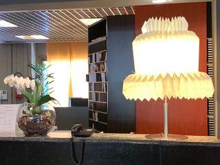 Restyling luci nell'Hotel- Residence Ripamonti a Milano Anita Cerpelloni Paper Project Venice Ingresso, Corridoio & Scale in stile moderno Giallo