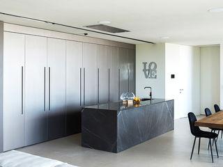 Cucina con isola e un imponente sistema parete TM Italia Cucina attrezzata Pietra