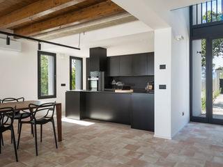 Cucina lineare con penisola sui toni del nero TM Italia Cucina attrezzata Nero