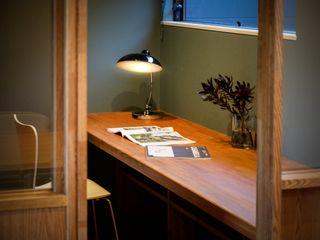 小さな家族と住まう。 TKD-ARCHITECT モダンデザインの 書斎 無垢材