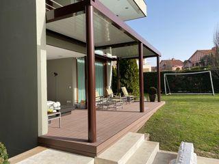 Pérgola en vivienda unifamiliar en MAdrid ecotoldo.es, diseño de toldos y pérgolas Jardines de estilo clásico
