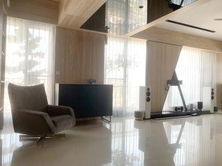 朝氣滿分的居家工作室|布紗簾・百葉簾 MSBT 幔室布緹 现代客厅設計點子、靈感 & 圖片 White