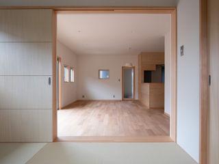 子育て世代のシンプルな暮らし (株)独楽蔵 KOMAGURA オリジナルデザインの 多目的室