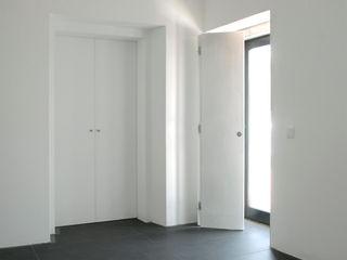 SCAR-ID atelier ミニマルデザインの キッチン 白色