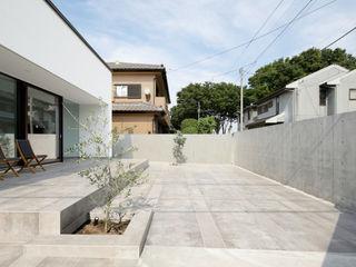 069前橋Nさんの家 atelier137 ARCHITECTURAL DESIGN OFFICE モダンデザインの テラス タイル 灰色