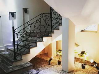 كاسل للإستشارات الهندسية وأعمال الديكور والتشطيبات العامة Corridor, hallway & stairsStairs Sandstone Metallic/Silver