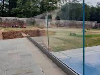 Swimming Pool Balustrade in Barnet, London Origin Architectural Basen do ogrodu Szkło Przeźroczysty
