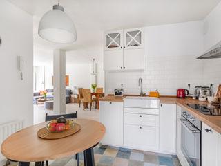Arquigestiona Reformas S.L. 置入式廚房 複合木地板 White