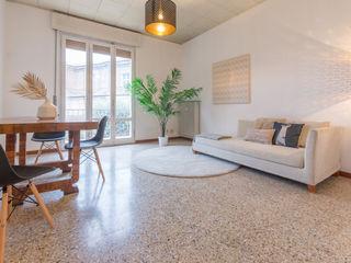 HOME STAGING di una casa in centro con VISTA ROMANTICA Mirna Casadei Home Staging Soggiorno moderno