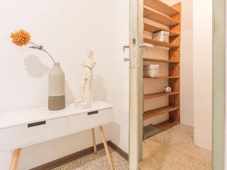 HOME STAGING di una casa in centro con VISTA ROMANTICA Mirna Casadei Home Staging Ingresso, Corridoio & Scale in stile moderno