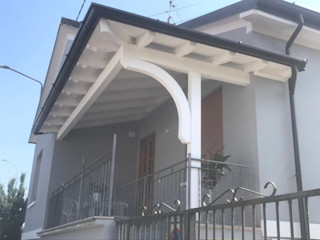 Portico in legno di abete sbiancato MENGON LEGNAMI SRL Balcone, Veranda & Terrazza in stile moderno