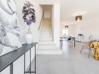 HOME STAGING di un appartamento RICCO DI LUCE a Forlimpopoli Mirna Casadei Home Staging Ingresso, Corridoio & Scale in stile moderno