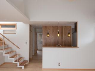 新築住宅で日常がキャンプのような暮らし (株)独楽蔵 KOMAGURA モダンデザインの リビング