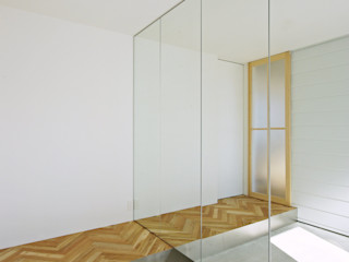 空間建築-傳 Ingresso, Corridoio & Scale in stile moderno Legno Effetto legno