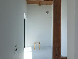 展望台のような家 石川淳建築設計事務所 ミニマルスタイルの 玄関&廊下&階段 白色
