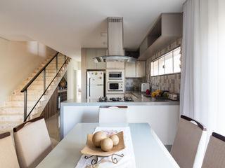 Casa no Royal Boulevard Residence Resort Santos Arquitetura Modern kitchen Tiles