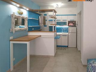 Soggiorno con cucina di una casa al mare Falegnamerie Design Cucina piccola Legno Bianco
