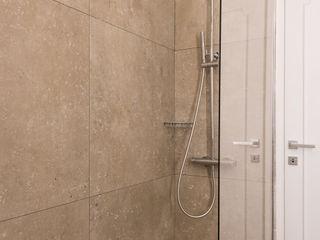 Studio GAMP! Phòng tắm phong cách tối giản Beige