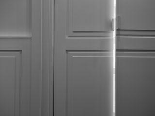 Modern & minimal design of the doors and handles of the wardrobe Tognini Bespoke Furniture LivingsAparadores y vitrinas Madera Blanco