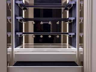 A wardrobe with a compartment for accessories decorated with velvet, bronzed mirrors and accessories holder in brass with champagne-color finishing Tognini Bespoke Furniture LivingsAparadores y vitrinas Vidrio Negro
