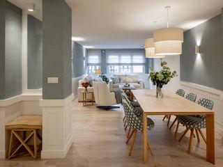 Diseño de piso amplio y acogedor para una familia Sube Interiorismo Comedores de estilo clásico Azul