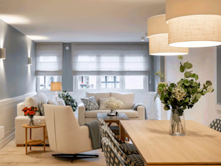 Diseño de piso amplio y acogedor para una familia Sube Interiorismo Salones de estilo clásico Azul