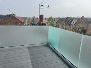Glass Balustrade in Southall Origin Architectural Balkon Szkło Niebieski