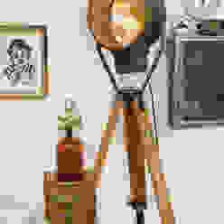 Scheinwerfer auf Holzstativ von Goldstein & Co. Industrial