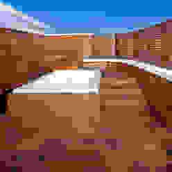 Spa en el ático UNJARDINPARAMI Balcones y terrazas de estilo mediterráneo