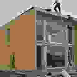 от THULE Blockhaus GmbH - Ihr Fertigbausatz für ein Holzhaus Модерн