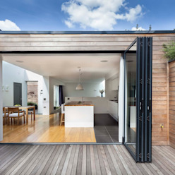 Courtyard House - East Dulwich Designcubed Balcones y terrazas de estilo moderno